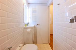 A bathroom at Huertas Letras - Madflats Collection