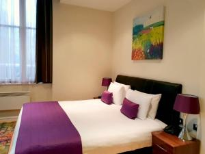 Een bed of bedden in een kamer bij Grand Plaza Serviced Apartments