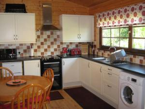 A kitchen or kitchenette at Holly Lodge