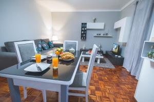 Restorāns vai citas vietas, kur ieturēt maltīti, naktsmītnē Luzia Garden - cozy & central apartment