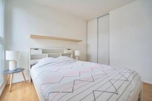 A bed or beds in a room at Jolie Maison à 5 minutes du Centre Ville - Air Rental