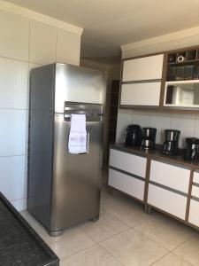 A kitchen or kitchenette at APARTAMENTO 2/4 COM VISTA PARA O MAR EM PRIA DE JACARECICA