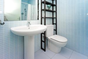 A bathroom at Amplio apartamento con terraza en zona muy tranquila