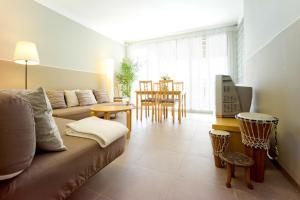 A seating area at Amplio apartamento con terraza en zona muy tranquila
