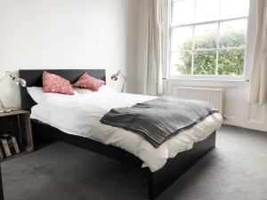A bed or beds in a room at Islington Central London