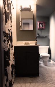 A bathroom at COZY! PRIME LOCATION! REAL 2-BEDROOM!