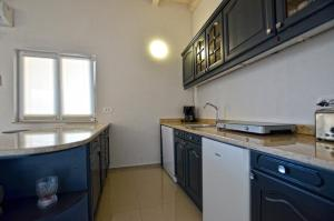 A kitchen or kitchenette at Dalani House