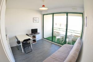 A seating area at One-Bedroom Apartment Cap Ocean