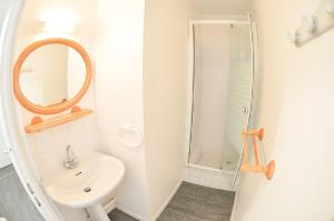 A bathroom at One-Bedroom Apartment Cap Ocean
