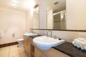 A bathroom at Cairns City Apartments