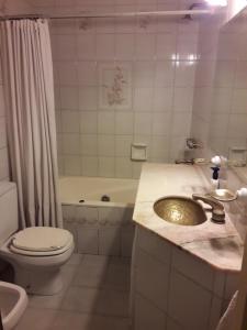 A bathroom at Navarro relax, Agronomia
