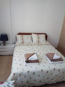 A bed or beds in a room at Begonvillia Court