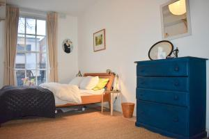 A bed or beds in a room at Ha'penny bridge Apartment