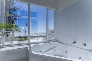 A bathroom at Seawall Apartments