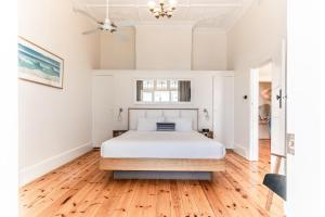 A bed or beds in a room at Seawall Apartments