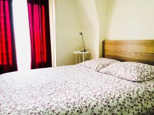 A bed or beds in a room at Appartement Vue Tour Eiffel - Paris 16ème