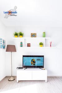 Una televisión o centro de entretenimiento en Serendipity apartment