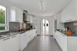 A kitchen or kitchenette at Casa Blanca