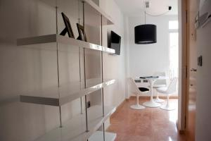 A television and/or entertainment centre at Happy Apartments Valencia – Lope de Vega