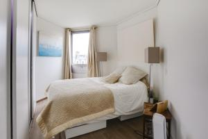 A bed or beds in a room at Appartement au dernier étage avec terrasse et vue exceptionnelle