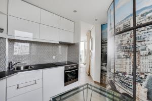 A kitchen or kitchenette at Appartement au dernier étage avec terrasse et vue exceptionnelle