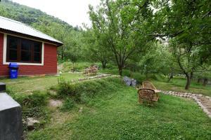 A garden outside Garden-View Studio Home on Naggar Road