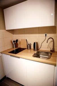 A kitchen or kitchenette at Deluxe Apartment -NEW ENGLAND-