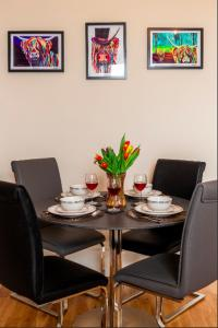 A restaurant or other place to eat at Clyde View Apartement