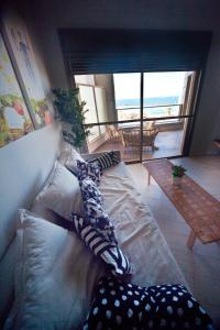 A bed or beds in a room at Mezizim Beach - Sea View Apartment