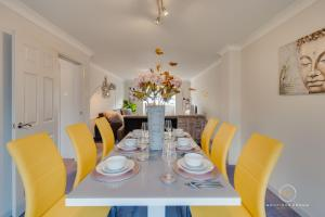 A restaurant or other place to eat at The Buddha House Huntingdon Boutique Rooms