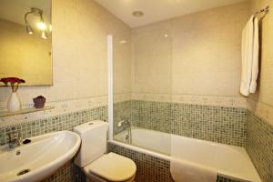 A bathroom at La Kashba Bajo