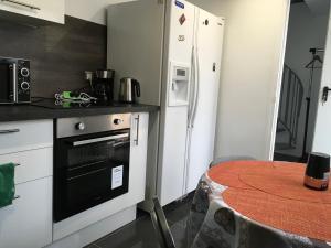 Una cocina o zona de cocina en Maison agréable indépendante à la porte de Paris