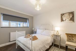 A bed or beds in a room at Luxury London Apartment