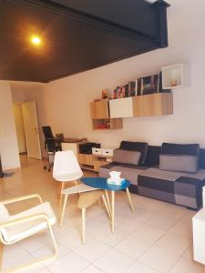 A television and/or entertainment center at CERGY-bel appartement 35m²/5mn RER A/ 30mn de Paris