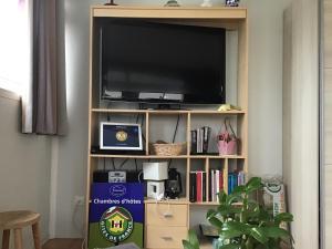 Télévision ou salle de divertissement dans l'établissement La Colombe