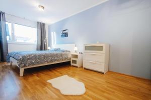 A bed or beds in a room at BestVienna U1 Kagran/DZ