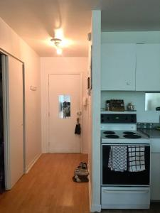 A kitchen or kitchenette at Studio moderne Argenteuil