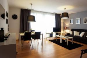 Uma área de estar em Casa-nova Suites