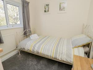 A bed or beds in a room at 5 Ceirnioge Cottages, Betws-y-Coed