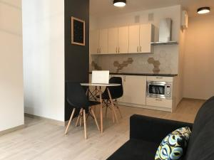 A kitchen or kitchenette at REINVEST Apartments Bogusława X