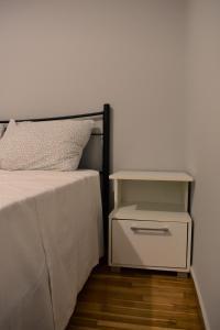 Ένα ή περισσότερα κρεβάτια σε δωμάτιο στο Small and cosy flat near hospitals