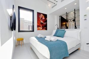 A bed or beds in a room at Tiffany Deluxe Penthouse 30 mt. from Piazza di Spagna