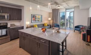 A kitchen or kitchenette at Luxury Downtown Rooftop pool Dlx Studio