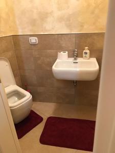 A bathroom at Palazzo Deodara