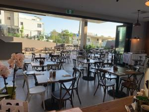 A restaurant or other place to eat at Essence Suites Taringa
