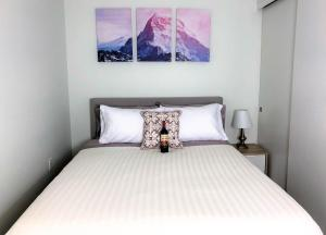 A bed or beds in a room at Seattle Pike & Pine Luxury Suites by Nspire