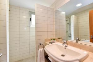 A bathroom at Salobre Villa with Pool Par 4 nr 9