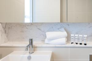 A bathroom at Luxury Apartment / / Moments to Lane Cove Village