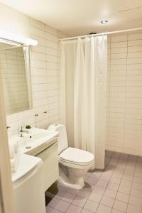 A bathroom at Forenom Serviced Apartments Oslo Royal Park