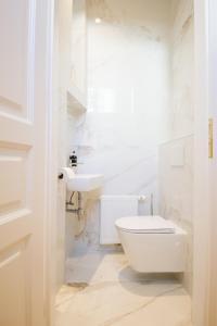 A bathroom at The Flats Apartments - Urania